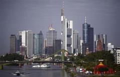 Небоскребы во Франкфурте-на-Майне 28 августа 2013 года. Крупнейшим 42 банкам Евросоюза потребуются дополнительные 70,4 миллиарда евро ($95 миллиардов) капитала, чтобы соответствовать новым правилам, которые полностью вступят в силу в 2019 году, сообщил банковский контролер блока. REUTERS/Kai Pfaffenbach