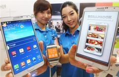 """Deux Galaxy Note 3 et une montre Galaxy Gear présentés par Samsung Electronics lors d'un lancement à Séoul. Le géant sud-coréen a présenté mercredi un nouveau modèle de """"phablette"""" doté d'un écran plus large que celui des précédents et il a annoncé son intention de lancer le mois prochain le premier smartphone doté d'un écran incurvé. /Photo prise le 25 septembre 2013/REUTERS/Hong Ki-won/Yonhap"""