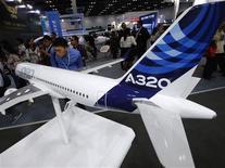 Imagen de archivo de una miniatura de un Airbus A320 en una feria de aviación en Pekín, sep 25 2013. Airbus ha asegurado compromisos para más de 40 aeronaves de la familia A320 por parte de dos nuevas aerolíneas chinas, dijo la compañía en un evento de la industria. REUTERS/Kim Kyung-Hoon