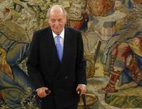 """Rei Juan Carlos da Espanha fica em pé com o auxílio de suas bengalas ao comparecer em uma audiência no palácio Zarzuela, nos arredores de Madri. O rei Juan Carlos vai precisar de uma segunda operação no quadril dois meses depois de ser submetido a um procedimento temporário na terça-feira, disseram seus médicos após a cirurgia que classificaram como """"um sucesso"""". 23/09/2013. REUTERS/Sergio Perez"""