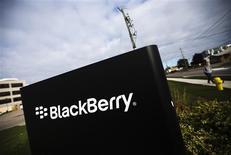 Un hombre camina cerca de un anuncio de BlackBerry en su campus de Waterloo, Canadá, sep 23 2013. Fairfax Financial Holdings Ltd está buscando más de 1.000 millones de dólares de inversores institucionales que respalden su plan preliminar para adquirir BlackBerry Ltd por 4.700 millones de dólares, informó el miércoles el diario canadiense Globe and Mail. REUTERS/Mark Blinch