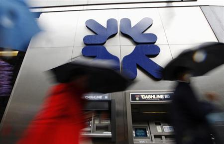 Morning commuters rush past a branch of the Royal Bank of Scotland (RBS) in London November 4, 2011. . REUTERS/Andrew Winning
