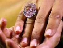 """Modelo mostra o """"Pink Star"""", diamante rosa de 59,6 quilates em formato oval, na casa de leilão Sotheby's, em Genebra. O diamante cor-de-rosa raro e enorme pode ser arrematado por mais de 60 milhões de dólares num leilão em novembro, uma vez que os colecionadores estão em busca de peças únicas no forte mercado internacional de joias, disse a Sotheby's nesta quarta-feira. 25/09/2013. REUTERS/Ruben Sprich"""