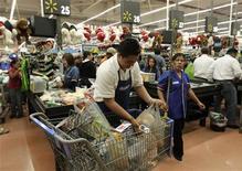 Imagen de archivo de un empleado empacando mercaderías en un supermercado de la cadena Wal-Mart en Ciudad de México, nov 17 2011. La actividad económica de México aceleró el paso en julio gracias a que el enorme sector servicios creció a su mayor tasa en ocho meses, lo que pudo compensar el tropiezo de la producción industrial vinculada a Estados Unidos, mostraron el miércoles cifras oficiales. REUTERS/Henry Romero