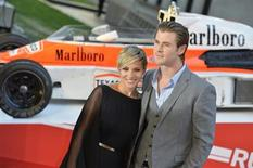 """Ator australiano Chris Hemsworth é visto ao lado da esposa, Elsa Pataki, durante estréia mundial do filme """"Rush - No Limite da Emoção"""", em Londres. O filme, um drama cheio de adrenalina, pode ser um dos filmes mais envolventes já feitos sobre o mundo das corridas de Fórmula 1, mas o roteirista britânico Peter Morgan diz que não poderia ser menos fã do que é do esporte. 02/09/2013 REUTERS/Toby Melville"""