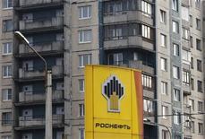 Un panel de precios de combustibles en una gasolinera de Rosneft en San Petersburgo, Rusia, oct 23 2012. Las dos principales compañías estatales de energía de Rusia rivalizaron abiertamente el miércoles, en tanto el monopolio de exportación de gas Gazprom denunciaba una iniciativa de la compañía petrolera Rosneft sobre su principal negocio. REUTERS/Alexander Demianchuk