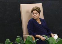 La presidenta de Brasil, Dilma Rousseff, antes de presentarse en la Asamblea General de las Naciones Unidas en Nueva York, sep 24 2013. La presidente brasileña, Dilma Rousseff, dijo el miércoles que será el regulador de la competencia Cade el que decidirá el futuro de los negocios locales relacionados con un acuerdo de la española Telefónica, que aumentará su influencia en Telecom Italia para hacerse gradualmente con el control. REUTERS/Mike Segar