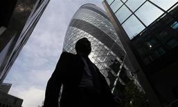 A la City de Londres. Le Royaume-Uni a engagé une action en justice contre la limitation des bonus des banquiers décidée par l'Union européenne, saisissant du sujet la Cour européenne de justice, plus haute juridiction de l'UE. /Photo prise le 19 juin 2013/REUTERS/Luke MacGregor