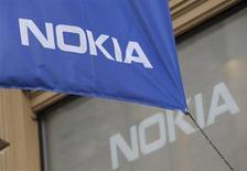 Selon des sources proches du dossier, Nokia discute en interne de la possibilité de solliciter Alcatel-Lucent en vue d'une alliance, une éventualité envisagée dans le cadre de la revue stratégique menée par le groupe finlandais après sa décision de céder son activité téléphonie mobile à Microsoft. /Photo prise le 7 septembre 2013/REUTERS/Sari Gustafsson/Lehtikuva