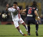 حازم امام لاعب الزمالك المصري (يسارا) في مبارة ودية ضد اتليتيكو مدريد الاسباني في القاهرة يوم 10 نوفمبر تشرين الثاني 2013 - رويترز