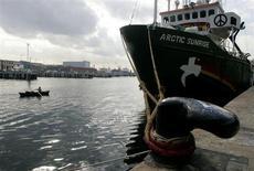 Судно Arctic Sunrise в бухте Барселоны 11 февраля 2008 года. Российский суд арестовал на два месяца фотографа Дениса Синякова, задержанного в числе 30 человек на ледоколе экологической организации Greenpeace, активисты которой протестовали против нефтяного проекта Газпрома в Арктике. REUTERS/Gustau Nacarino