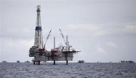 Нефтяная платформа на месторождении Сольдадо у побережья Тринидада 10 сентября 2011 года. Цены на нефть Brent снижаются благодаря надеждам на решение проблемы ядерной программы Ирана, после того как Тегеран выразил готовность к возобновлению переговоров. REUTERS/Andrea De Silva