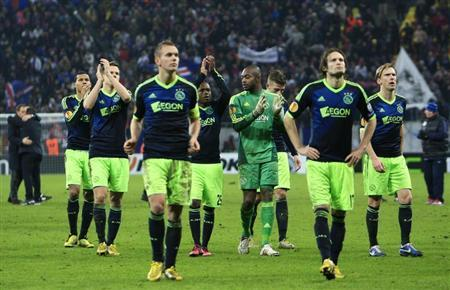 Ajax Amsterdam's players walks off the pitch after losing their Europa League soccer match against Steaua Bucharest in Bucharest February 21, 2013. REUTERS/Radu Sigheti