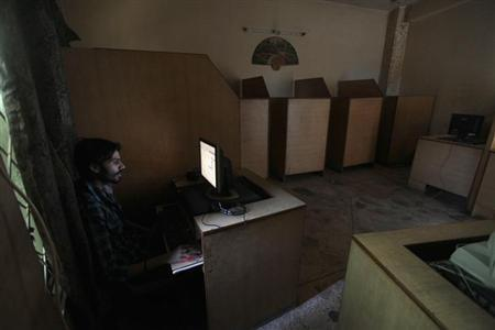 A man uses the computer at an internet cafe in Rawalpindi September 18, 2013. REUTERS/Faisal Mahmood