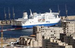 La collectivité territoriale de Corse (CTC) va réclamer à la Société nationale maritime Corse méditerranée (SNCM) le remboursement de plus de 200 millions d'euros d'aides considérées comme illégales par la Commission européenne. A défaut, elle entend obtenir le paiement de ces sommes directement auprès de Veolia, actionnaire minoritaire mais qu'elle considère comme le dirigeant de fait de la compagnie. /Photo d'archives/REUTERS/Jean-Paul Pélissier