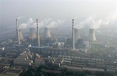 """Vista aérea de uma usina termelétrica a carvão, nos arredores de Zhengzhou, na província de Henan, China. Segundo versões preliminares vistas pela Reuters, o Painel Intergovernamental para a Mudança Climática (IPCC, na sigla em inglês) irá apontar como """"extremamente provável"""" --pelo menos 95 por cento de probabilidade-- que a mudança climática tenha causa humana, e alertará governos sobre a necessidade de se empenharem mais no combate às emissões de gases do efeito estufa. 28/08/2010. REUTERS/Stringer"""