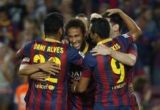 Neymar comemora gol do Barcelona com companheiros de clube, na Espanha. O desempenho do atacante no Barcelona está atendendo as expectativas da comissão técnica da seleção brasileira, que esperava que na Europa o ex-atacante do Santos conseguisse uma evolução técnica, tática e um futebol mais solidário. 24/09/2013 REUTERS/Albert Gea