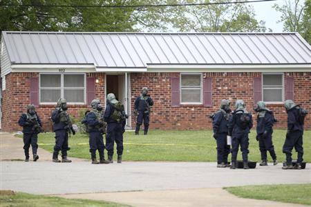 Federal officials stand outside the house of Paul Kevin Curtis while searching for evidence in Corinth, Mississippi April 18, 2013. REUTERS/Lauren Wood/Daily Journal