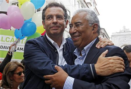 Portuguese Socialist Party general secretary and main opposition leader Antonio Jose Seguro (L) embraces Lisbon mayoral candidate Antonio Costa during a local elections campaign in Lisbon September 26, 2013 REUTERS/Jose Manuel Ribeiro