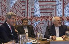 Госсекретарь США Джон Керри и глава иранского МИД Мохаммед Джавад Зариф (справа) на встрече министров иностранных дел пяти постоянных членов Совбеза ООН и Германии в штаб-квартире организации в Нью-Йорке 26 сентября 2013 года. США и Иран провели переговоры на самом высоком за поколения политиков уровне и высказали удовлетворение тоном общения, хотя были осторожны в оценках перспектив разрешения десятилетнего спора относительно иранской ядерной программы. REUTERS/Brendan McDermid