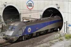 Paris et Londres ont l'intention de rejeter la demande de la Commission européenne visant à faire baisser le niveau des péages facturés par Eurotunnel dans le tunnel sous la Manche, a déclaré vendredi le PDG de l'opérateur du tunnel, Jacques Gounon. /Photo d'archives/REUTERS/Pascal Rossignol