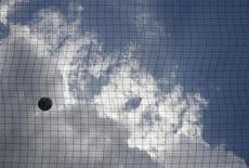 Футбольный мяч за сеткой ворот в Афинах 19 мая 2007 года. REUTERS/Yiorgos Karahalis