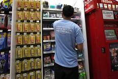 Un empleado rellena unas estanterías en una tienda de Walgreens en Nueva York, sep 18 2013. La confianza del consumidor en Estados Unidos bajó en septiembre a su menor nivel en cinco meses, debido a que los consumidores prevén mayores tasas de interés y un lento crecimiento de la economía en el futuro, mostró un sondeo divulgado el viernes. REUTERS/Mike Segar