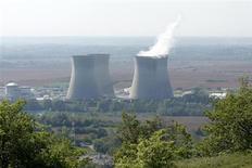 Centrale nucléaire à Saint-Vulbas, près de Lyon. La France va financer la transition énergétique grâce aux fonds libérés par un nouvel allongement de la durée d'amortissement des centrales nucléaires d'EDF de 40 à 50 ans, selon des sources proches du dossier. /Photo d'archives/REUTERS/Benoît Tessier