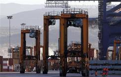 Le port de Gioia Tauro, dans le sud de l'Italie. Selon le Fonds monétaire international, le déficit budgétaire italien sera de 3,2% du produit intérieur brut cette année, au-dessus du seuil limite de 3% fixé par l'Union européenne. /Photo d'archives/REUTERS/Alessandro Bianchi