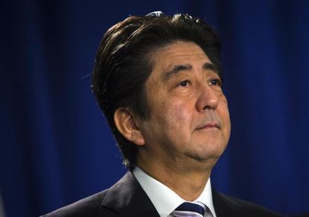 9月27日、安倍晋三首相はニューヨークで記者会見し、中国との領有権をめぐる問題で日本は譲歩する用意はないとしながらも、緊張を一段と高めるような行動は起こさないと述べた。写真は27日、ニューヨークで撮影(2013年 ロイター/Eric Thayer)