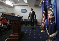"""Barack Obama a appelé vendredi le camp républicain de la Chambre des représentants à cesser de """"faire l'intéressant"""" pour permettre l'adoption d'un texte évitant la fermeture prochaine de nombreuses administrations fédérales. /Photo prise le 27 septembre 2013/REUTERS/Kevin Lamarque"""
