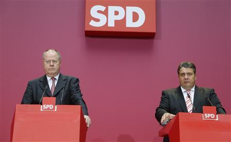 Social Democratic Party (SPD) top candidate Peer Steinbrueck and party leader Sigmar Gabriel (R) speak at a news conference at the SPD headquarters in Berlin, September 23, 2013. REUTERS/Ralph Orlowski