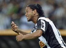 Ronaldinho gesticula durante a final da Copa Libertadores entre Atlético Mineiro e Olimpia, em 24 de julho. Nesta sexta-feira, o médico do Atlético disse que o jogador sofreu uma lesão grave e pode ficar fora do Mundial de Clubes. REUTERS/Pedro Vilela