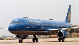 """La compagnie Vietnam Airlines a conclu une commande de réacteurs à General Electric pour équiper ses futurs Boeing 787 """"Dreamliner"""". /Photo d'archives/REUTERS/Kham"""