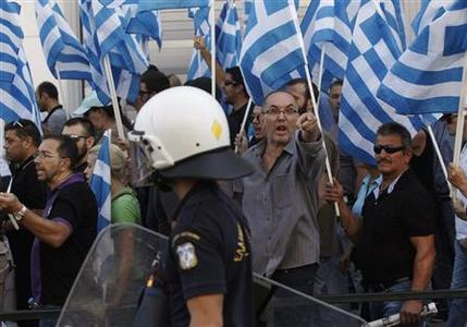 Supporters of the extreme-right Golden Dawn party shout slogans outside the Greek police headquarters in Athens September 28, 2013. REUTERS-John Kolesidis