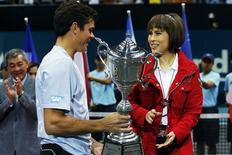 Thai Princess Ubolratana Rajakanya (R) presents the winner's trophy to Milos Raonic of Canada after the men's singles final match at the Thailand Open tennis tournament in Bangkok September 29, 2013. REUTERS/Damir Sagolj