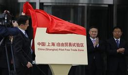 Le secrétaire du Parti communiste de la municipalité de Shanghai inaugurant la nouvelle zone de libre-échange de la ville. Cette nouvelle zone franche (FTZ) de Shanghai est un symbole d'une nouvelle ère de réformes et d'ouverture économique plus active, 25 entreprises chinoises et étrangères ayant reçu les autorisations nécessaires pour opérer dans la zone aux côtés de 11 institutions financières. /Photo prise le 29 septemrbe 2013/REUTERS/Carlos Barria