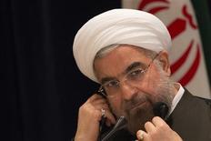 Cientos de iraníes aclamaron al presidente Hassan Rouhani a su llegada el sábado desde Nueva York después de la histórica conversación telefónica con el mandatario estadounidense, Barack Obama, pero algunos ciudadanos de línea dura lanzaron huevos y zapatos contra su automóvil, informaron medios iraníes. REUTERS/Adrees Latif (UNITED STATES - Tags: POLITICS ENERGY) - RTX142CR