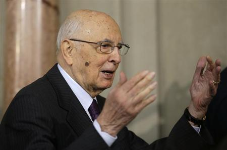 Italian President Giorgio Napolitano waves to reporters at the Quirinale palace April 24, 2013. REUTERS/Max Rossi