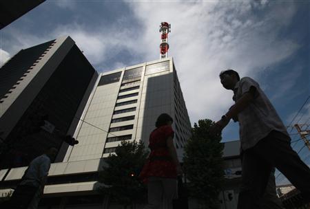 A pedestrian walks past Tokyo Electric Power Co (TEPCO) headquarters in Tokyo September 6, 2012. REUTERS/Yuriko Nakao