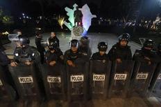 Полиция охраняет статую экс-президента Азербайджана Гейдара Алиева в Мехико 26 января 2013 года. ОБСЕ и международные правозащитники в понедельник призвали отменить приговор азербайджанскому журналисту, отправленному за решетку на пять лет по обвинению в разжигании ненависти, госизмене и незаконном обороте наркотиков. REUTERS/Edgard Garrido