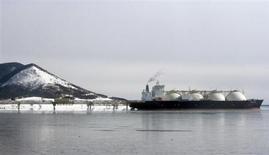 Японский танкер СПГ стоит на якоре у СПГ-завода на Сахалине 18 февраля 2009 года. Концерн Shell, совладелец единственного в России завода сжижения газа на блоке Сахалин-2 - Sakhalin Energy, предлагает контролирующему акционеру этого проекта, Газпрому, поторопиться с поиском ресурсной базы для расширения производства, пока на рынке СПГ держатся высокие цены. REUTERS/Sergei Karpukhin
