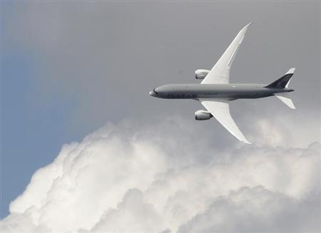 A Boeing 787 Dreamliner, owned by Qatar Airways, performs a display flight at the Farnborough Airshow 2012 in southern England July 10, 2012. REUTERS/Luke MacGregor
