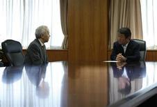 Presidente da Tokyi Electric Co (Tepco), Naomi Hirose, operadora da usina nuclear de Fukushima, reúne-se com o ministro da Economia do Japão, Toshimitsu Motegi, em Tóquio. Credores devem fornecer 5,9 bilhões de dólares em financiamento à Tokyo Electric (Tepco), disse à Reuters nesta segunda-feira uma pessoa envolvida nas negociações, oferecendo assim uma sobrevida à proprietária da usina nuclear danificada de Fukushima. 27/09/2013. REUTERS/Toru Hanai