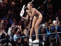 """La cantante Miley Cyrus durante la presentación de su canción """"Blurred Lines"""" en la entrega de los Premios MTV en Nueva York, ago 25 2013. La ex estrella de Disney Miley Cyrus dice que estaba decidida a sorprender y """"hacer historia"""" y que no arrepiente de su grosera actuación en los MTV Video Music Award. REUTERS/Lucas Jackson"""