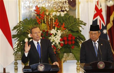 Australia's Prime Minister Tony Abbott speaks beside Indonesia's President Susilo Bambang Yudhoyono during a joint news conference at the Presidential Palace in Jakarta September 30, 2013. REUTERS/Beawiharta