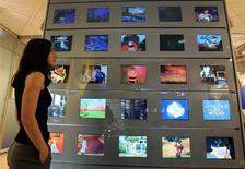Vivendi est l'une des valeurs à suivre à la Bourse de Paris après l'annonce de l'ouverture de négociations entre sa filiale GVT et l'américain EchoStar pour créer une joint-venture dans la télévision payante au Brésil. Cette coentreprise, qui serait contrôlée par GVT, compte profiter de la demande générée par les deux grands évènements sportifs à venir au Brésil, la Coupe du monde de football en 2014 et les Jeux olympiques en 2016. /Photo d'archives/REUTERS/Eric Gaillard