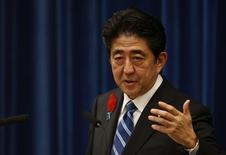Le Premier ministre japonais Shinzo Abe. Le Japon a décidé de mettre au point un plan de mesures de soutien à l'économie représentant un total d'environ 5.000 milliards de yens (50 milliards de dollars ou 37,7 milliards d'euros) en vue de compenser l'effet de la hausse de la taxe sur la valeur ajoutée qui entrera en vigueur début avril. /Photo prise le 1er octobre 2013/REUTERS/Toru Hanai