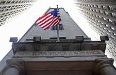 Американский флаг на здании Нью-Йоркской фондовой биржи 5 ноября 2012 года. Акционеры российской платежной системы Qiwi могут привлечь около $288 миллионов от вторичного размещения акций (SPO) компании по цене $30,50 за акцию, сообщила Qiwi во вторник. REUTERS/Chip East