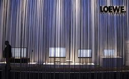 Le fabricant allemand de téléviseurs haut de gamme Loewe a demandé l'ouverture d'une procédure de redressement judiciaire, le temps de faciliter l'entrée programmée à son capital d'un ou de plusieurs investisseurs qui ont confirmé leur intérêt par lettre d'intention. /Photo prise le 5 septembre 2013/REUTERS/Tobias Schwarz